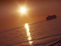 Tramonto e nave da crociera Immagine Stock Libera da Diritti