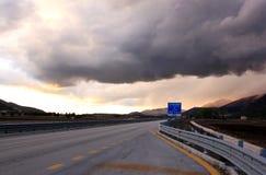 Tramonto e nuvole minacciose sopra la S 17, Italia Immagine Stock