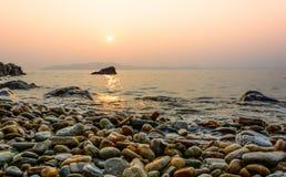 Tramonto e spiaggia e penombra dell'oceano a Koh Samet immagini stock