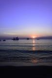 Tramonto e spiaggia e penombra dell'oceano a Koh Samet Fotografie Stock