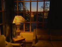Tramonto e stanza accogliente Fotografie Stock