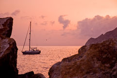 Tramonto e una barca a vela Fotografia Stock
