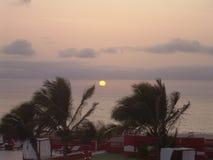 Tramonto ed albe sopra la costa di mare fotografie stock libere da diritti