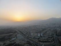 Tramonto ed inquinamento a Teheran fotografie stock