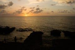 Tramonto ed oceano nella carreggiata e nell'argine Malecon immagine stock