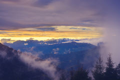 Tramonto epico in montagne dopo la tempesta Immagini Stock