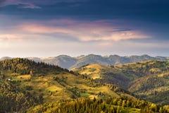 Tramonto epico nelle montagne dopo la tempesta Immagine Stock