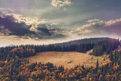 Tramonto fantastico nel paesaggio delle montagne cielo nuvoloso con sole Immagine Stock Libera da Diritti