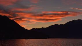 Tramonto fantastico sul lago, con le nuvole rosse fotografia stock