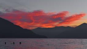 Tramonto fantastico sul lago, con le nuvole rosse fotografia stock libera da diritti