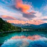 Tramonto fantastico sul lago Eibsee della montagna Fotografie Stock