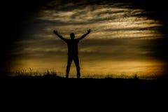 Tramonto felice dell'uomo fotografia stock libera da diritti
