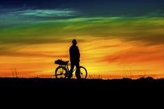 Tramonto felice e bicicletta dell'uomo Fotografia Stock
