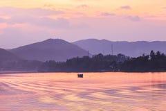Tramonto, fiume di Huong nel Vietnam Immagini Stock