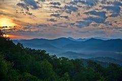 Tramonto fumoso delle montagne Fotografia Stock