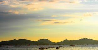 Tramonto giallo con il mare Fotografia Stock