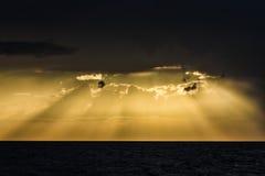 Tramonto giallo con la perforazione dei raggi luminosi attraverso le nuvole Immagini Stock Libere da Diritti