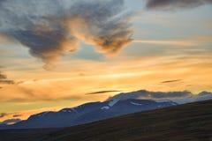 Tramonto giallo luminoso sopra le più alte montagne svedesi in Sarek immagine stock libera da diritti