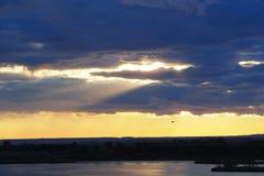 Tramonto giallo sul lago, Lerida fotografia stock libera da diritti