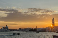 Tramonto glorioso sulla laguna veneziana, Venezia, Italia immagini stock