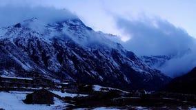 Tramonto in Himalaya delle montagne, villaggio del sussidio, Nepal di Timelapse. archivi video