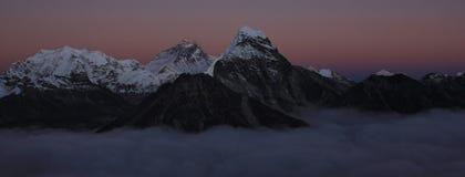 Tramonto in Himalaya L'Everest ed altre alte montagne fotografia stock