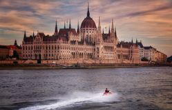 Tramonto iconico del parlement ungherese fotografia stock