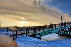 Tramonto il giorno gelido Vicino al vecchio ponte Fotografie Stock Libere da Diritti