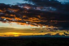 Tramonto impressionante con le nuvole di tempesta che si elevano nella distanza in Angola del Nord, Africa Fotografia Stock Libera da Diritti