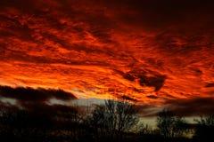 Tramonto inglese incredibile con il cielo che assomiglia al fuoco immagine stock