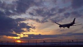 Tramonto L'aereo sta atterrando Il passato guida un'autocisterna metraggio delle azione 4k video d archivio