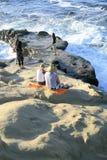 Tramonto La gente sulla spiaggia fotografia stock libera da diritti