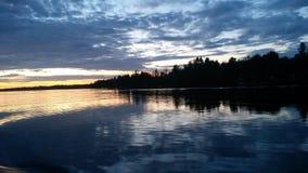 Tramonto in lago fotografie stock