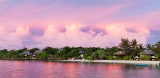 Tramonto località di soggiorno tropicale nell'oceano, isola Fotografia Stock Libera da Diritti