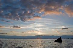 Tramonto luminoso sopra il mare Immagini Stock Libere da Diritti