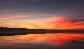 Tramonto luminoso sul fiume Fotografia Stock