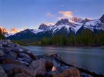 Tramonto lungo il fiume dell'arco in Rocky Mountains Fotografia Stock Libera da Diritti