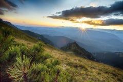 Tramonto maestoso nel paesaggio delle montagne carpatico Fotografia Stock