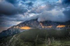 Tramonto maestoso nel paesaggio delle montagne carpatico Immagine Stock