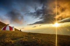 Tramonto maestoso nel paesaggio delle montagne carpatico Immagini Stock