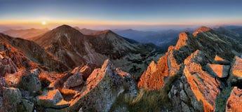 Tramonto maestoso nel paesaggio delle montagne di autunno Fotografia Stock