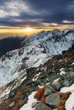 Tramonto maestoso nel paesaggio delle montagne di inverno Immagine Stock