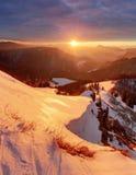 Tramonto maestoso nel paesaggio delle montagne di inverno Cielo drammatico immagine stock