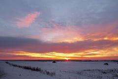 Tramonto maestoso nel paesaggio di inverno Terre fantastiche di mattina fotografia stock libera da diritti