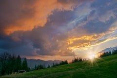 Tramonto maestoso nelle montagne Fotografie Stock Libere da Diritti