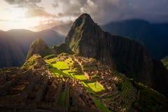 Tramonto maestoso sopra la montagna di Machu Picchu/Huayna Picchu immagini stock libere da diritti