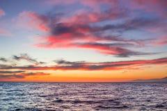 Tramonto in mare aperto con il chiaro cielo calmo nuvoloso drammatico Fotografia Stock Libera da Diritti