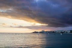 Tramonto in mare con il cielo nuvoloso drammatico di Malaga Fotografie Stock