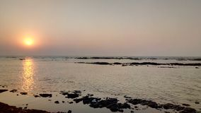 Tramonto meraviglioso alla spiaggia Dumas, Gujarat, India fotografie stock libere da diritti