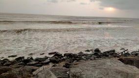 Tramonto meraviglioso alla spiaggia in Tithal, Gujarat, India immagine stock libera da diritti